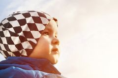 Portrait de garçon regardant en avant photo libre de droits