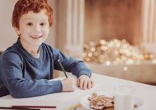 Portrait de garçon de sourire dessinant une photo image libre de droits