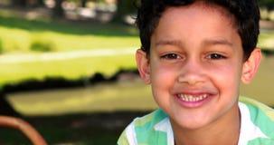 Portrait de garçon de sourire en parc banque de vidéos