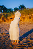 Portrait de garçon heureux adorable mignon de petite fille d'enfant en bas âge avec la bâche de dissimulation de serviette de pla Images libres de droits