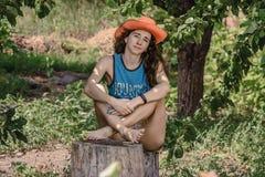 Portrait de gentille fille dans le chapeau de cowboy Photo stock