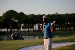 Portrait de golfeur au terrain de golf sur le coucher du soleil Images libres de droits