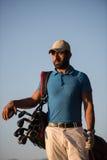 Portrait de golfeur au terrain de golf sur le coucher du soleil Photographie stock