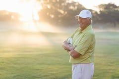 Portrait de golfeur heureux avec des bras croisés Photo libre de droits