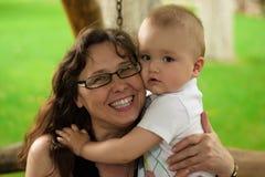 Portrait de grand-mère heureuse avec le petit-fils Image stock