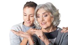 Portrait de grand-mère montrant quelque chose au petit-fils images libres de droits