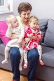 Grand-maman et petits-enfants heureux Image libre de droits