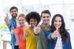 Portrait de groupe de jeunes collègues heureux photo stock