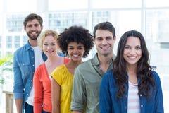 Portrait de groupe de jeunes collègues heureux photographie stock libre de droits