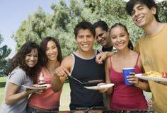 Portrait de groupe des amis occasionnels appréciant un barbecue Images libres de droits