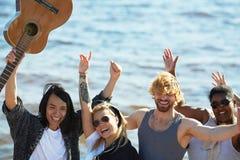Portrait de groupe des amis de sourire Image stock