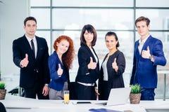 Portrait de groupe des collègues d'entreprise constituée en société Photo stock
