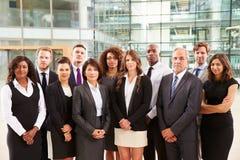 Portrait de groupe des collègues sérieux d'entreprise constituée en société Photo stock