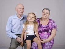 Portrait de groupe : grand-mère, grand-père et petite-fille Images libres de droits