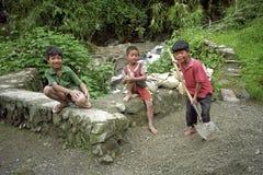 Portrait de groupe souriant et fonctionnant les garçons philippins Photos libres de droits