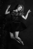 Portrait de haute couture de jeune femme Image noire et blanche Photos libres de droits