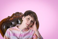 Portrait de haute couture de jeune femme élégante Projectile de studio photographie stock libre de droits