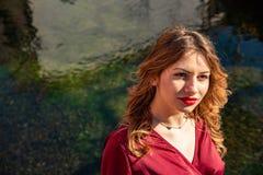 Portrait de Headshot d'une fille blonde dans la diffusion de lumi?re naturelle le long de la banque d'une rivi?re images libres de droits