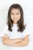 Portrait de Headshot de la fille mignonne heureuse souriant regardant l'appareil-photo photos libres de droits