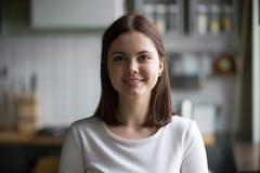 Portrait de Headshot de la femme millénaire de sourire posant à la maison le kit image libre de droits