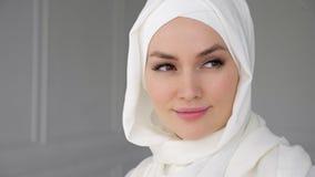 Portrait de hijab de port de femme Arabe musulmane, regardant la cam?ra et le sourire clips vidéos