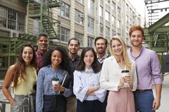 Portrait de huit collègues amicaux en dehors de leur lieu de travail photographie stock