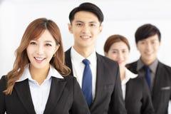 Portrait de jeune équipe réussie d'affaires dans le bureau photographie stock libre de droits