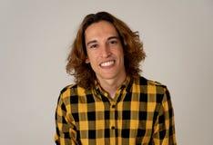Portrait de jeune adolescent avec la longue pose de cheveux heureuse pour la cam?ra Concept et mode de vie de beaut? photo stock
