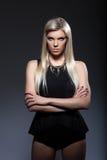 Portrait de jeune appareil-photo de regard blond strict Photographie stock