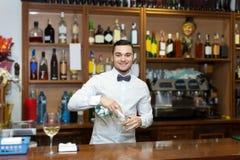 Portrait de jeune barman image libre de droits