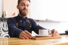 Portrait de jeune barman au compteur de café photos stock