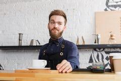 Portrait de jeune barman au compteur de café photo libre de droits