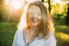 Portrait de jeune beau heureux assez plus la fille de Caucasien de taille Image stock