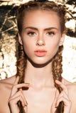 Portrait de jeune beau modèle attrayant de fille avec la beauté fraîche naturelle Image libre de droits