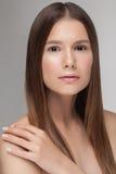 Portrait de jeune beau modèle caucasien avec le maquillage quotidien frais nu naturel Image libre de droits
