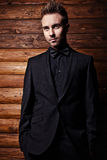 Portrait de jeune bel homme à la mode contre le mur en bois. Photo stock