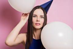 Portrait de jeune belle brune avec des ballons photographie stock libre de droits