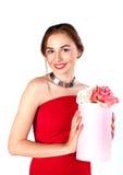 Portrait de jeune belle femme avec la boîte de fleurs posant dans le studio boîte et boîte-cadeau de fleur Photos libres de droits