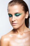 Portrait de jeune belle femme avec le maquillage brillant humide vert Photo stock