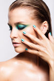 Portrait de jeune belle femme avec le maquillage brillant humide vert Photos libres de droits