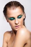 Portrait de jeune belle femme avec le maquillage brillant humide vert Photo libre de droits