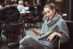 Portrait de jeune belle femme avec le téléphone intelligent Images stock