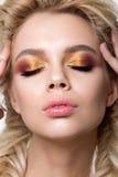 Portrait de jeune belle femme blonde avec le maquillage créatif Image libre de droits