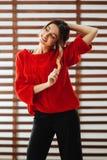 Portrait de jeune belle femme caucasienne dans le T-shirt rouge images libres de droits