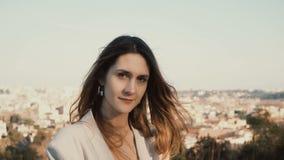 Portrait de jeune belle femme contre le panorama de Rome, Italie Appareil-photo de regard femelle rêveur et sourire banque de vidéos