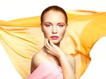 Portrait de jeune belle femme contre le tissu de vol. Beauté Image stock