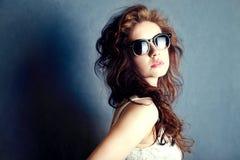 Portrait de jeune belle femme dans des lunettes de soleil. Image stock