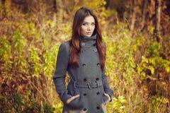 Portrait de jeune belle femme dans le manteau d'automne Images libres de droits