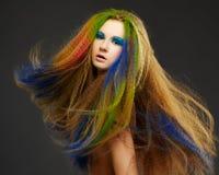 Femme rousse bouclée aux cheveux longs photographie stock