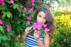 Portrait de jeune belle femme sur le fond des fleurs violettes pourpres de bouganvillée dans la fleur images stock
